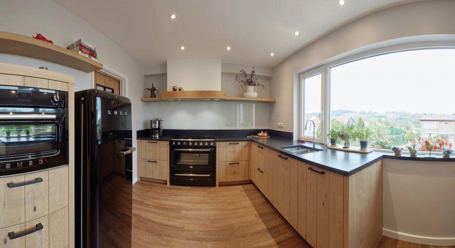 Eiken Keuken Renoveren Limburg : Eiken keuken met Smeg apparatuur van Krings Bau + Wohn Design